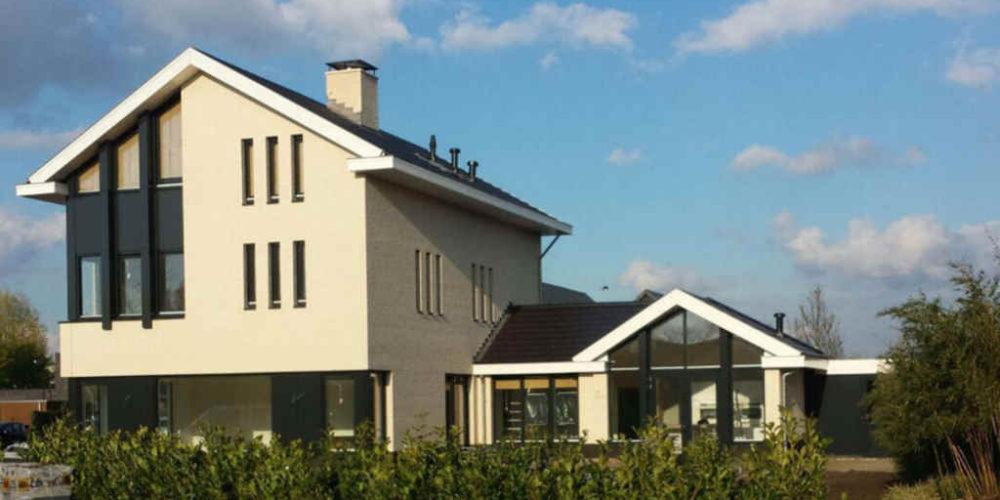 Moderne nieuwbouw woning met prachtige woonkeuken. Bakstenen gevels met donkere kozijnen.
