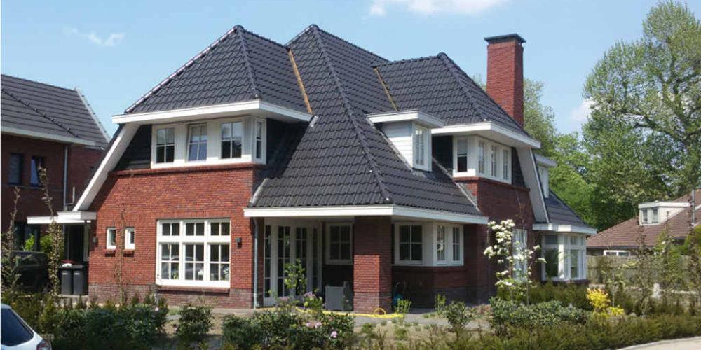Nieuwbouw jaren 30 woning met rode baksteen en grijze dakpannen te Raalte. Ontworpen door Hoogsteder architecten.