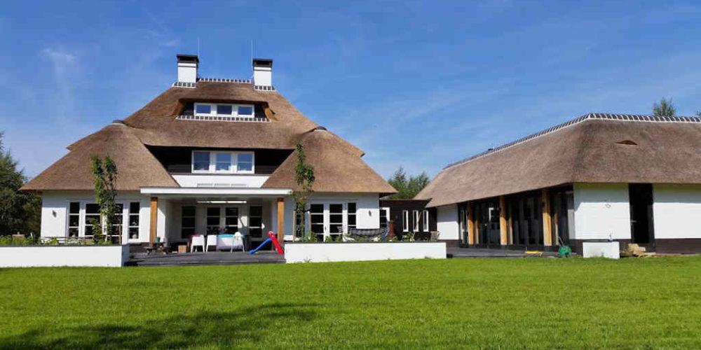 architect landelijke stijl nieuwbouw villa met riet en veranda en aangebouwd zwembadgebouw terras_Hoogsteder architecten Raalte www.hoogstederarchitecten.nl