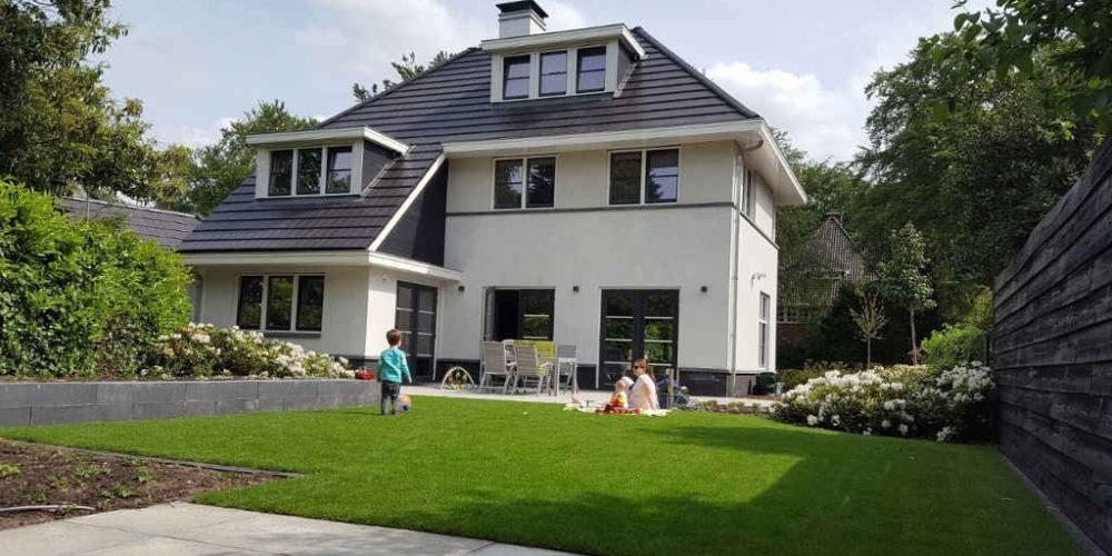 architect villa met wit stucwerk en zwarte dakpannen ontworpen door Ron Hoogsteder van Hoogsteder architecten te Raalte