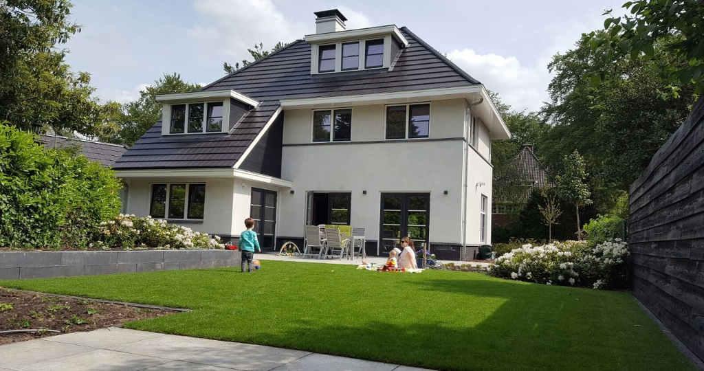 architect villa met wit stucwerk en zwarte dakpannen ontworpen door Ron Hoogsteder van Hoogsteder architecten te Raalte, vrijblijvend gesprek architectenbureau uit Overijssel