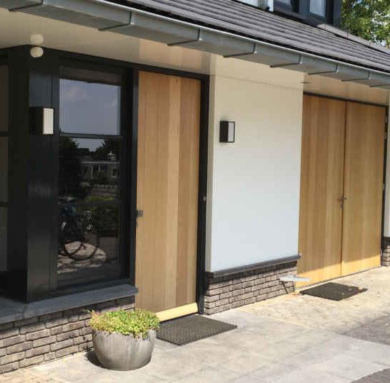 entree van een moderne woning voorzien van hout en veel lichtinval ontworpen door architectenbureau hoogsteder architecten te Raalte