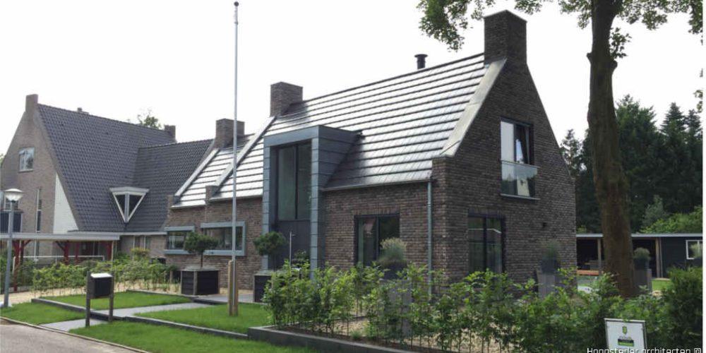 Jaren dertig woning met zinken details, bakstenen en gladde dakpannen ontworpen door Hoogsteder architecten