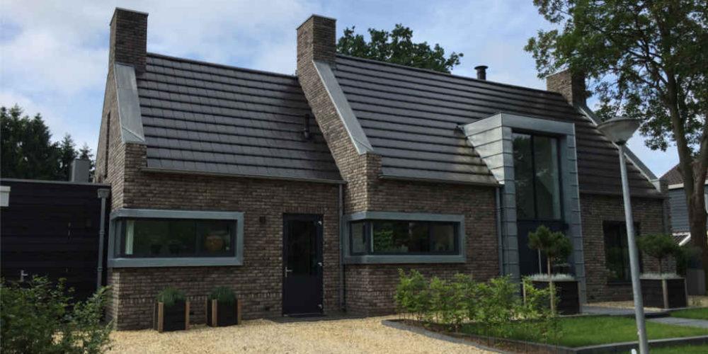 jaren 30 woning met zinken details, dakpannen en mooie details ontworpen door Hoogsteder architecten te Raalte