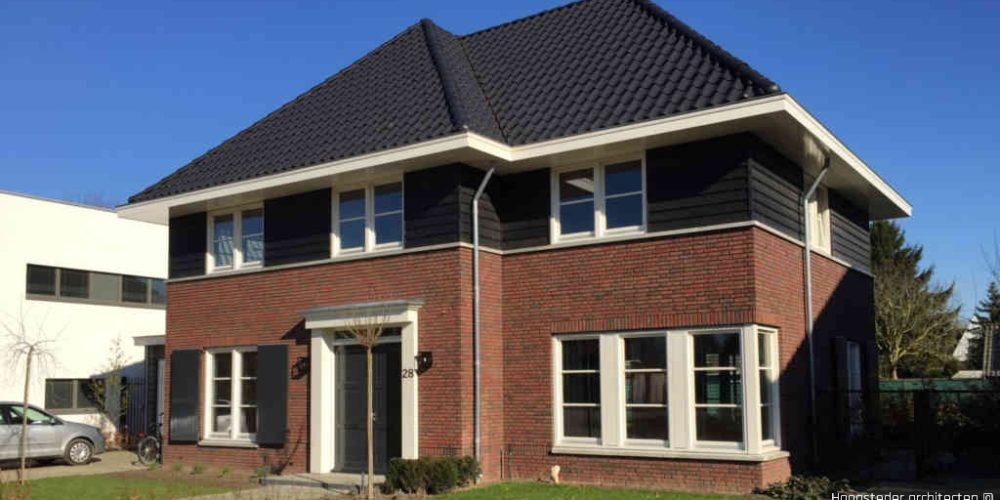 Moderne woning met bakstenen en dakpannen ontworpen door Hoogsteder architecten te Raalte
