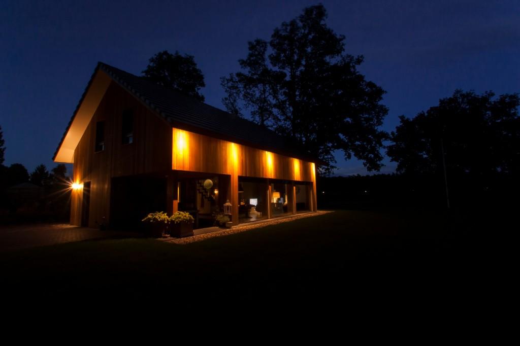 In de landelijke omgeving rondom Nijverdal is deze energie zuinige woning gerealiseerd.De hoge isolatiewaarde van de gevels, de aandacht voor de luchtdichte details en de positie van de ramen zorgen voor een energiezuinige basis voor de woning.