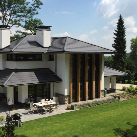 moderne woning Moderne luxe villa met buitenhaard. Ontworpen door architectenbureau Hoogsteder architecten. Wij luisteren naar uw wensen en ideeën, brengen dit samen met onze creativiteit en expertise om u droomwoning te realiseren. Onze expertise: moderne woningen en landelijke schuurwoningen, energiezuinig en circulair bouwen. Frank Lloyd Wright stijl jaren 30 stijl jaren 30 woning