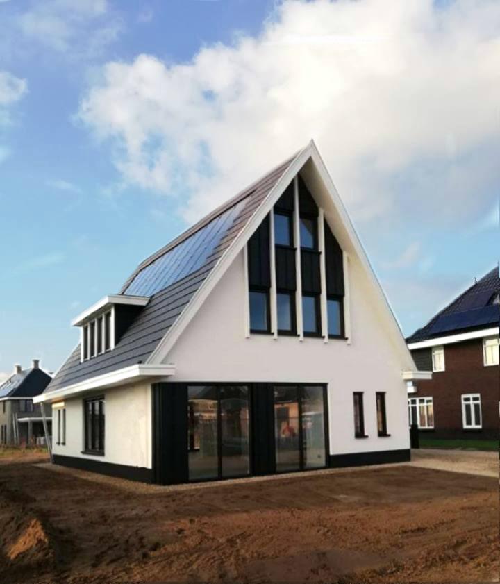 moderne nieuwbouwwoning strak wit gestuct stucwerk stalen kozijnen schoorsteen architectenbureau Hoogsteder architecten