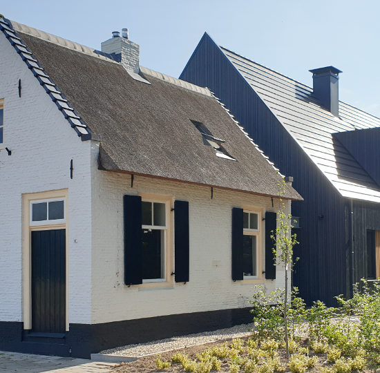 gemeentelijke monument verbouwen donker hout, dakpannen, schuurwoning, salland, raalte, architect