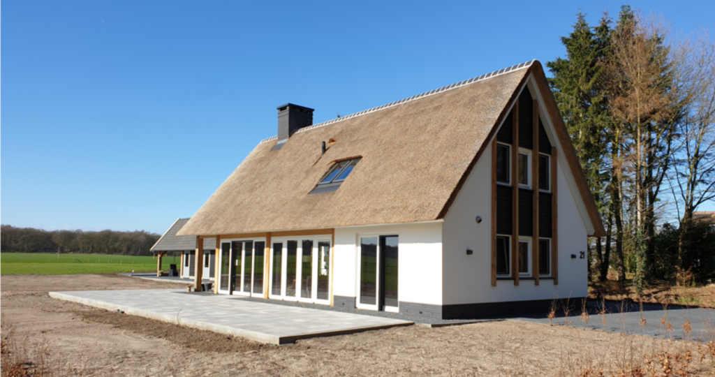 eigentijdse schuurwoning met rieten kap wit stucwerk architectenbureau hoogsteder architecten